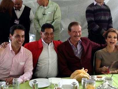 En la mesa principal acompañaron al festejado y a su esposa, el gobernador del Estado de Durango, Jorge Herrera Caldera, el expresidente Vicente Fox y Martha Sahagún Foto: Reforma