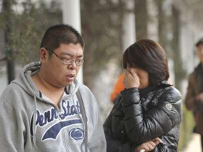 Familiaresde algunos de lospasajeros del avión desaparecidode Malaysia Airlines se encuentrana la espera de noticias,en Beijing, China. Foto: EFE en español