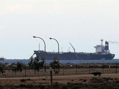 Vista del carguero norcoreano en el puerto libio de Es Sider, controlado por rebeldes que pretenden realizar su primera exportación de crudo independiente, desoyendo la autoridad de Trípoli. Marzo 9, 2014. Foto: Esam Omran Al-Fetori / Reuters