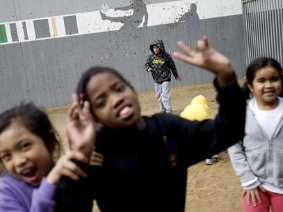 Hijos de inmigrantes africanos juegan en un patio en la escuela Bialik-Rogozin en Tel Aviv, Israel. La imagen corresponde al 28 de febrero de 2011. La UNESCO dijo el martes 1 de marzo que 67 millones de niños no van a la escuela, incluidos 28 millones que están atarpados en conflictos armados.  Foto: Ariel Schalit / AP
