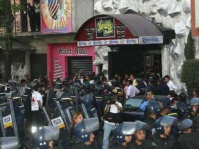 La incursión policiaca en el News Divine, que terminó en la muerte. Foto: Reforma / Terra Networks México S.A. de C.V.