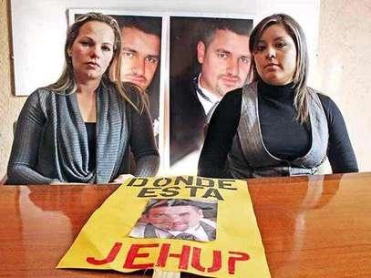 Yadira Sepúlveda (izq.) y Janneth Olazarán, hermana y esposa de Jehú, respectivamente, no se explican los nulos resultados de la Procuraduría Estatal. Foto: Reforma.