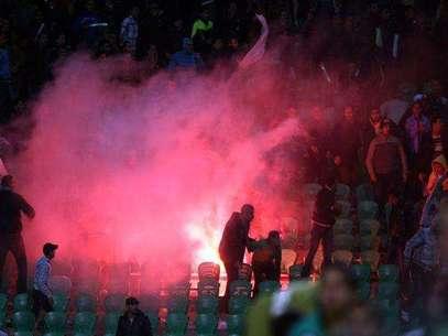 1 de Febrero 2012- Port Said, Egipto: La televisión nacional de Egipto reporta 74 muertes después de que hinchas de los equipos rivales Al-Masry y AL-Ahly se enfrentaron después del partido.  También se reportan más de 1,000 heridos, resultando en la cancelación de la liga.  Foto: AFP