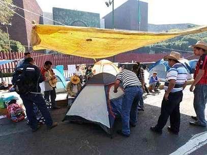 Integrantes de CNTE instalaron ayer un plantón frente a la sede de la Cámara de Diputados en protesta por la Alianza por la Calidad de la Educación. Foto: Tomás Martínez. / Reforma.