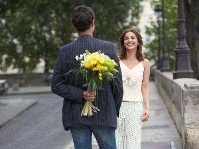 No tienes que hacer algo espectacular en la primera salida, un detalle como flores o chocolates pueden ser algo romántico sin caer en la exageración. Foto: Thinkstock