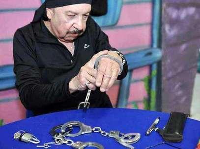 El mago Chen Kai negó que sea posible liberarse de las esposas dislocándose el pulgar. Foto: Sergio Castro / Reforma