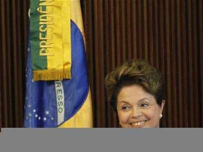 Imagen de archivo de la presidenta de Brasil, Dilma Rousseff, durante un encuentro con empresarios en Brasilia, mar 22 2012.  La popularidad de la presidenta de Brasil, Dilma Rousseff, está en su mayor nivel desde que asumió el poder hace poco más de un año, impulsada por su manejo de una economía en desaceleración y su dura postura contra la corrupción, mostró un sondeo publicado el miércoles. Foto: Ueslei Marcelino / Reuters