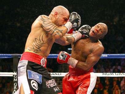 Miguel Cotto golpea a Floyd Mayweather Jr.. El puertorriqueño y el norteamericano dieron la pelea del año Foto: Al Bello / Getty Images