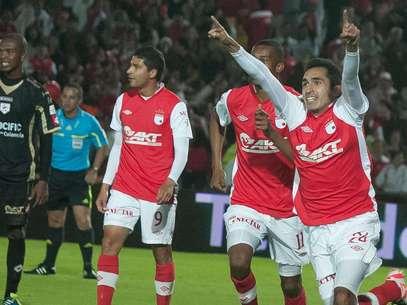 Hugo Acosta (d) luego de marcar su primer gol como profesional, en el partido donde Independiente Santa Fe goleó 5-0 a Real Cartagena.  Foto: Jhon Paz / Terra
