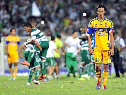 Lucas Lobos, capitán de Tigres, lamenta la eliminación de la UANL ante Santos Laguna Foto: EFE