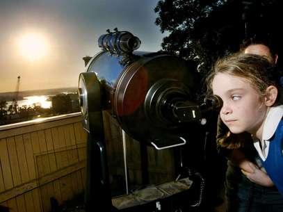En esta foto de archivo del 2004 la astrónoma aficionada Jody McGowen mira a través de un telescopio el transito de Venus en Sydney. Venus pasará de nuevo frente al sol el martes 5 de junio de 2012, y el fenómeno será visible desde algunos lugares de la tierra. Este será el último transito por más de 100 años.  Foto: Mark Baker, File / AP