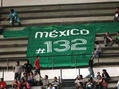 Desplegaron una playera con el número 132 en clara alusión al movimiento juvenil. Foto: Reforma