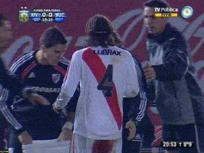 El jugador tuvo que cambiar cuatro veces de pantalón porque la hemorragía no paraba. Foto: Captura de pantalla