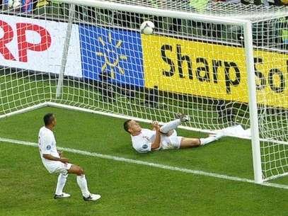 """El presidente de la FIFA, Joseph Blatter, dijo que la tecnología en la línea de gol es una """"necesidad"""" después de una decisión controvertida de los árbitros que negaron un gol a Ucrania contra Inglaterra en el partido de la Eurocopa. Foto: Félix Ordóñez / Reuters"""