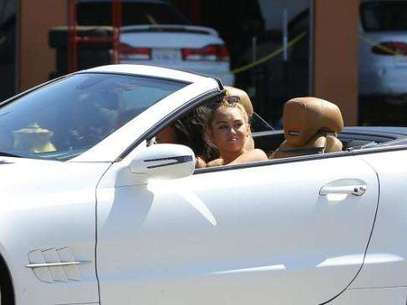Miley Cyrus comprando afuera de una tienda de marihuana Foto: Daily Mail