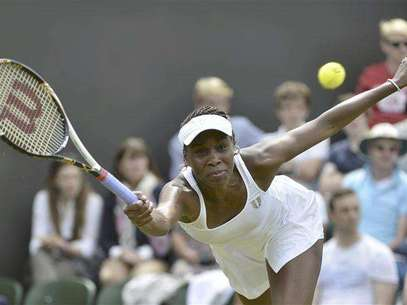 Venus Williams of the U.S. hits a return to Elena Vesnina of Russia during their women's singles tennis match at the Wimbledon tennis championships in London June 25, 2012. Foto: Toby Melville / Reuters