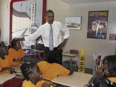 U.S. President Barack Obama talks to children inside the Varsity restaurant in Atlanta, Georgia, June 26, 2012. Foto: Larry Downing / Reuters In English