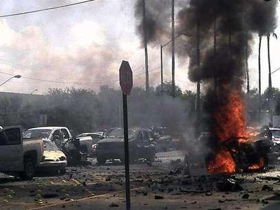 Vista general de un automóvil bomba que explotó este viernes frente a la alcaldía de Nuevo Laredo. Foto: EFE en español