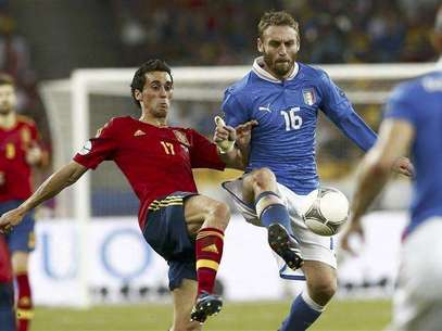 Italy's Daniele De Rossi (R) challenges Spain's Alvaro Arbeloa during their Euro 2012 final soccer match at the Olympic stadium in Kiev, July 1, 2012. Foto: Darren Staples / Reuters In English