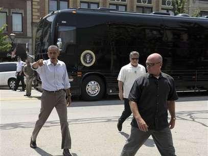 Barack Obama y el bus con el que está realizando su campaña para lograr la reelección. Foto: AP