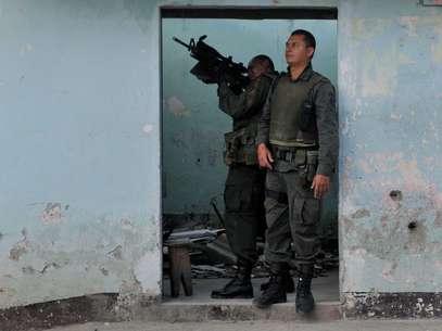 Los miembros de las Farc lanzan cargas explosivas y otras veces hacen fuego con armamento pesado. Incluso tienen francotiradores que disparan desde algunas viviendas abandonadas por la población. Foto: EFE en español
