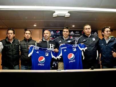 Darío Albeiro el 'Chusco', Sierra, asistente técnico de Hernán Torres, recibió la camiseta de Millonarios. Foto: David Felipe Rincón / Terra