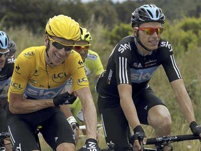 Sky Procycling rider and holding the leader's yellow jersey Bradley Wiggins of Britain (L) rides with his team mate Christian Knees of Germany during the 13th stage of the 99th Tour de France cycling race between Saint-Paul-Trois-Chateaux and Cap d'Agde, July 14, 2012. Foto: Stephane Mahe / Reuters In English