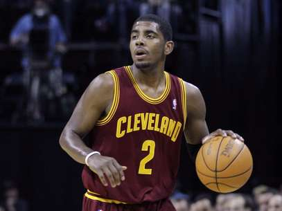 In this April 23, 2012, photo, Cleveland Cavaliers' Kyrie Irving brings the ball up during NBA basketball game against the Memphis Grizzlies in Memphis, Tenn. Irving broke his right hand during a practice in Las Vegas and could be sidelined for two months, the team said Saturday, July 14, 2012.  Foto: AP in English