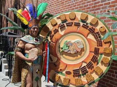 Manuel Xicum, sacerdote maya originario de Yucatán, México, realiza un ritual de bendición y purificación para la comunidad inmigrante en Estados Unidos. Foto: EFE en español