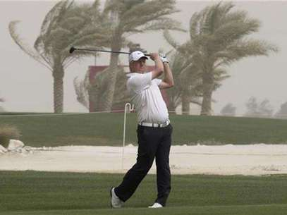 Richard Finch of Britain hits a fairway shot on the 15th hole during the first round of the Qatar Masters tournament at the Doha golf club in Doha February 2, 2012. Foto: Fadi Al-Assaad / Reuters In English