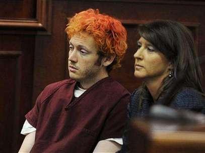 El acusado de matar a una docena de personas en un cine de Colorado James Holmes junto a la defensora pública Tamara Brady en su primera aparición ante una corte en Aurora, EE.UU. Foto: Pool / Reuters