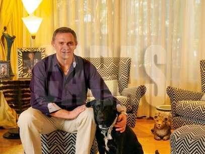 Marcelo Bonelli con su perro Jagger en la sesión de fotos de Caras. Foto: Gentileza Caras