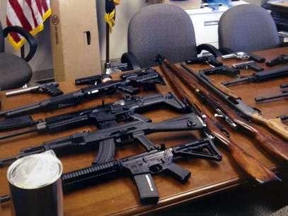 Foto de la policía del condado de Prince George, en Maryland, con las armas de un sospechoso que pensaba usarlas en su lugar de trabajo.  Foto: AP
