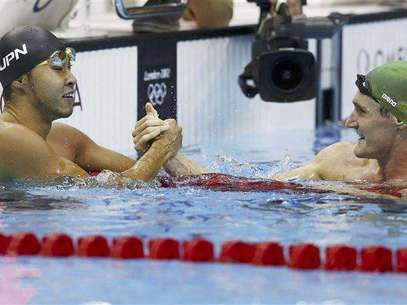 Kosuke Kitajima (L) of Japan congratulates South Africa's Cameron van der Burgh after he set an Olympic record in their men's 100m breaststroke semi-final during the London 2012 Olympic Games at the Aquatics Centre July 28, 2012. Foto: Michael Dalder / Reuters In English