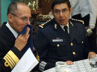 Fotografía fechada el 1 de junio de 2007 muestra al entonces subsecretario de la Defensa Nacional, general Tomás Ángeles Dauahare (derecha), acompañado del subsecretario de Marina, Casimiro A. Martínez Pretelin (izquierda).  Foto: EFE en español