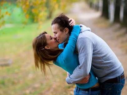 El hombre no hizo más que besar a su mujer en la puerta de un templo. Por eso lo detuvieron.  Foto: THINKSTOCK
