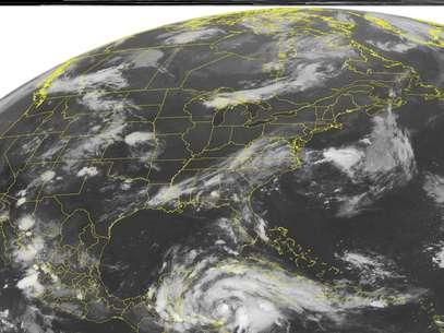 En esta imagen satelital de la Administración Nacional para el Océano y la Atmósfera de Estados Unidos del martes 7 de agosto. 7, 2012 a la 01:45 de la madrugada  EDT se ve a la tormenta tropical Ernesto que se prevé se convierta en huracán al norte de Belice el martes por la noche.  Foto: WEATHER UNDERGROUND / AP