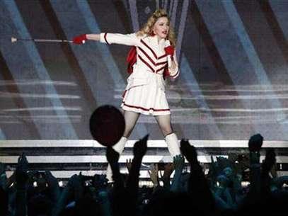 La cantante Madonna durante un concierto de su gira MDNA en el estadio olímpico de Moscú, ago 7 2012. La cantante de pop Madonna se puso el pasamontañas de la marca comercial utilizada por la banda de punk Pussy Riot durante un concierto en Moscú, a fin de pedir a Rusia que ponga en libertad a sus tres miembros en un juicio por irrumpir en una iglesia ortodoxa rusa y protestar contra Vladimir Putin. Foto: Maxim Shemetov / Reuters en español