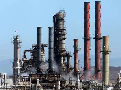 Una nube blanca sale de la refinería de la compañía Chevron durante un fuego controlado el martes 7 de agosto de 2012, un día después del incendio tóxico en Richmond, California. Las autoridades federales que investigan la causa del incendio en la refinería se enfocan en la posible corrosión en una tubería instalada hace décadas que la compañía inspeccionó el año pasado pero no reemplazó, dijeron investigadores federales a The Associated Press el sábado 11 de agosto.   Foto: The Contra Costa Times, Laura A. Oda / AP