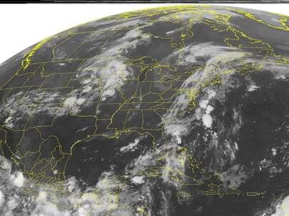 Imagen de satélite de la Administración Nacional del Océano y la Atmósfera (NOAA), del domingo 12 de agosto de 2012 a la 1.45 a.m., hora de la costa este, mostrando una fuerte nubosidad frente a la costa mexicana del Pacífico, en la esquina inferior izquierda. La tormenta tropical Héctor se fortaleció levemente el domingo frente a la costa occidental de México, pero los meteorólogos esperan que aleje más de tierra en los próximos días.  Foto: Weather Underground / AP