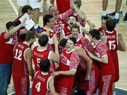 Los jugadores de la selección rusa de baloncesto celebran el domingo tras conquistar la medalla de bronce al superar a Argentina en los Juegos Olímpicos de Londres. Ago 12, 2012. Foto: Lucy Nicholson / Reuters en español