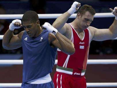 Britain's Anthony Joshua (L) celebrates after he was declared the winner over Italy's Roberto Cammarelle following their Men's Super Heavy (+91kg) gold medal boxing match at the London Olympics August 12, 2012. Foto: Damir Sagolj / Reuters In English