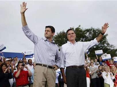 El candidato republicano a la presidencia de Estados Unidos, Mitt Romney, y el congresista Paul Ryan, a quien escogió como candidato a la vicepresidencia, saludan a partidarios en Waukesha, Wisconsin. Foto: Shannon Stapleton / Reuters en español