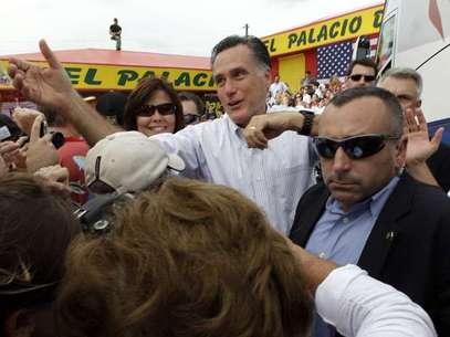 El aspirante presidencial republicano Mitt Romney saluda a simpatizantes de su campaña en un acto en el restaurante El Palacio de los Jugos, en Miami. Foto: AP