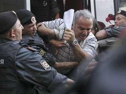 Garry Kasparov en el momento que es detenido por la policía rusa. El ex campeón mundial de ajedrez encabezó una protesta contra Vladimir Putin por el arresto de un grupo musical. Foto: AP
