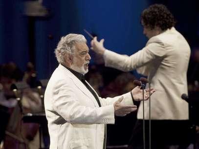 En una fotografìa proporcionada por el Hollywood Bowl, el tenor español Plácido Domingo, a la izquierda, y el director venezolano Gustavo Dudamel ofrecen un concierto en Los Angeles el domingo 19 de agosto del 2012.  Foto: Craig T. Mathew / AP