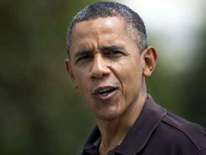 """El presidente Barack Obama le dice a periodistas que se siente """"más viejo"""" cuando le preguntan sobre su cumpleaños, mientras llega a la Casa Blanca, en Washington, el domingo 5 de agosto de 2012. Foto: AP"""