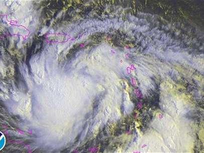 Imagen satelital del paso de la tormenta tropical Isaac, ago 23 2012. La tormenta tropical Isaac se debilitó levemente mientras provocaba fuertes lluvias costa afuera de Puerto Rico y las Islas Vírgenes el jueves, pero se esperaba que se fortaleciera hasta convertirse en huracán antes de avanzar sobre República Dominicana y Haití, dijeron meteorólogos estadounidenses. Foto: Handout Imagen para uso no comercial, ni ventas, ni archivos. Solo para uso editorial. No para su venta en marketing o campañas / Reuters en español