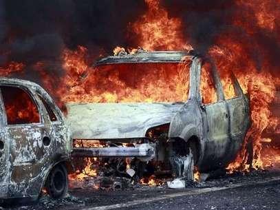 Miembros del Cártel Nueva Generación de Jalisco intentaron bloquear con carros en llamas vías en Guadalajara. Mientras esto ocurrió la policía reaccionó y dio de baja a seis miembros de la organización delictiva Foto: Reuters