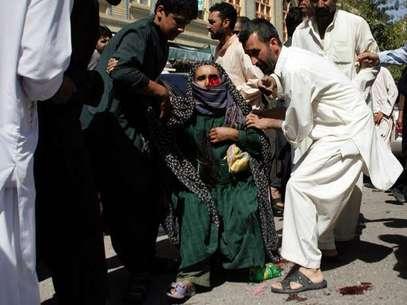 Sucesos violentos en Afganistán siguen dejando civiles heridos o muertos. En la foto una mujer herida es ayudada por unas personas cerca de una mezquita donde hubo una explosión que dejó 23 lesionados en Kabul, Afganistán, el 15 de agosto de 2012. Foto: AP